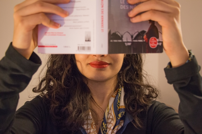Chloé Andrianarisoa lisant un livre aux éditions Livre de Poche