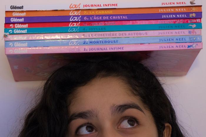 Pile de BD sur la tête de Chloé Andrianarisoa